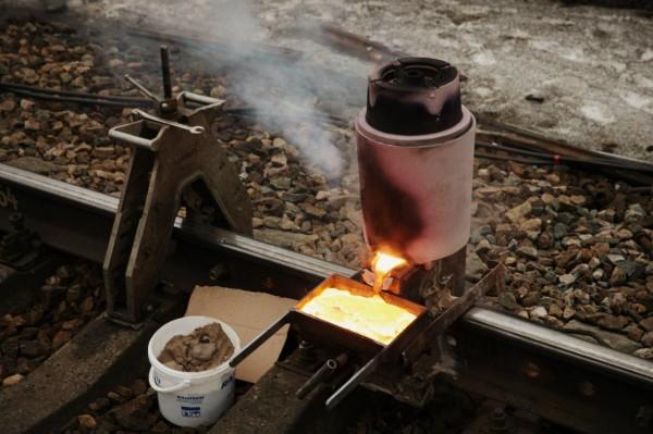 Фото: термитная сварка железнодорожных путей